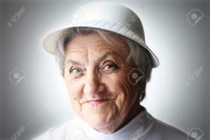 64304054-老婦人は、帽子で顔を笑顔します。祖母